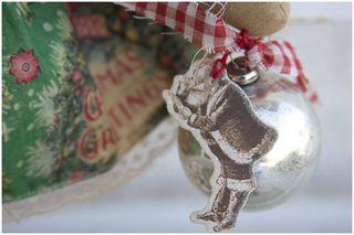 101411 ROA10-15 Christmas Ornie Closeup
